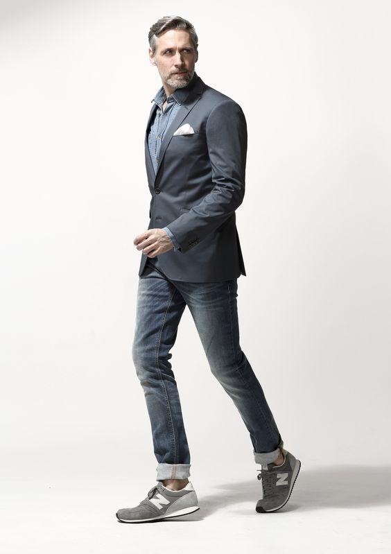スーツとグレーのスニーカー