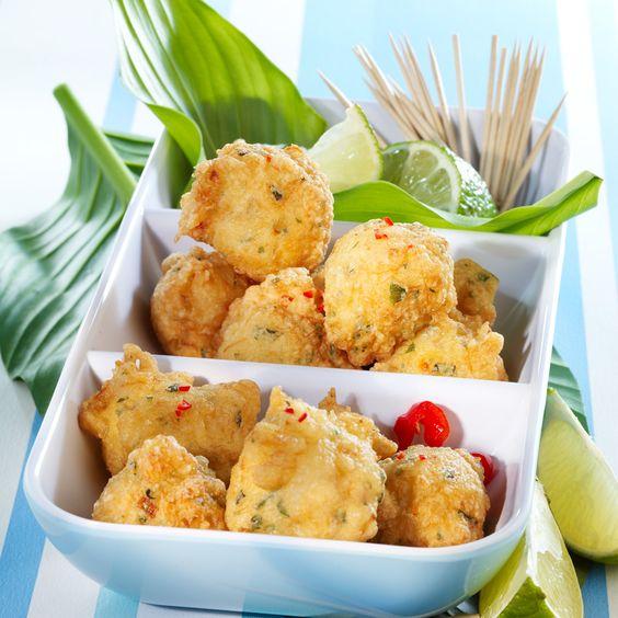 Acras de crevettes épicées, ail, coriandre, piment.