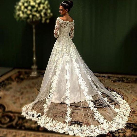 Digno de uma rainha. Um dos vestidos mais lindos que já postamos @sandro_barros…