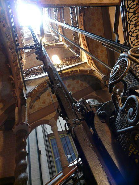 Casa Calvet. 1898 -1900. Barcelona. Antoni Gaudi. La caja de la escalera produce una gran sensación de espacio gracias al ingenioso método seguido por Gaudí para proyectar los patios de luces, consiguiendo al tiempo una magnífica irradiación de claridad.