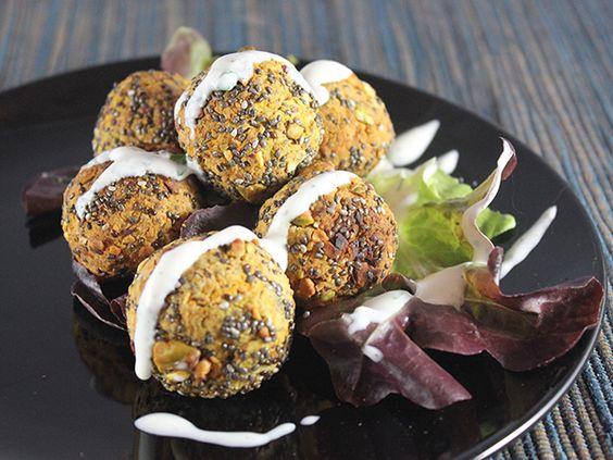 Klein, rund und gesund: Chia-Falafel mit Pistazien und Minzjoghurt - smarter - Zeit: 10 Min. | eatsmarter.de