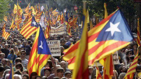 Katalonien: Katalanen wollen Unabhängigkeit - Berliner Zeitung. Menschenketten, Demonstrationen und bald ein Referendum: Den Katalanen ist es ernst mit ihrem Wunsch nach Unabhängigkeit. Sie wollen ihren Wohlstand nicht länger dem kriselnden Spanien opfern. Das stünde ohne seine wichtigste Industrieregion noch viel schlechter da. #Katalonien