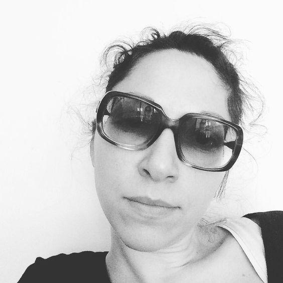 In ripresa! Continuo a lavorare con gli occhiali da sole dite che puó diventare un trend? quasi quasi ci aggiungo un foulard alla hepburn. #workingfromhome #malanni #recovering #nevergiveup #workaddict #workharder #freelance #liberiprofessionisti #architetti #occhialidasole #collirio #brandidentity #supercool #feelingbetter #blackandwhite #selfie #notaposer #hepburn #vacanzeromane