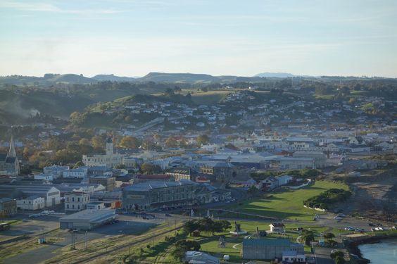 https://flic.kr/p/yX8GeL | NZ Oamaru | Häufig sah ich Oamaru umhüllt durch einen Schleier Nebel, der sich in der Ferne verliert um sich hinter den Bergen mit dem Horizont zu vereinen.   Der neblige Antlitz betont die Mystik der vergangenen Tage, als Oamaru Grund des Lamonstone in industrieller Blüte stand.