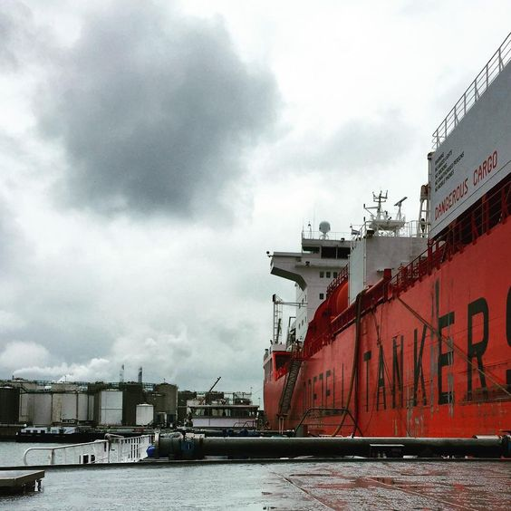 """Unloading in to the Bow sea  ⚓️#odfjell #norwaytanker #botlek #portofrotterdam #cargotanker #work #dangerouscargo"""