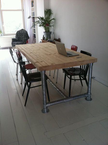 zelfgemaakte tafel van steigerbuizen robuuste houten