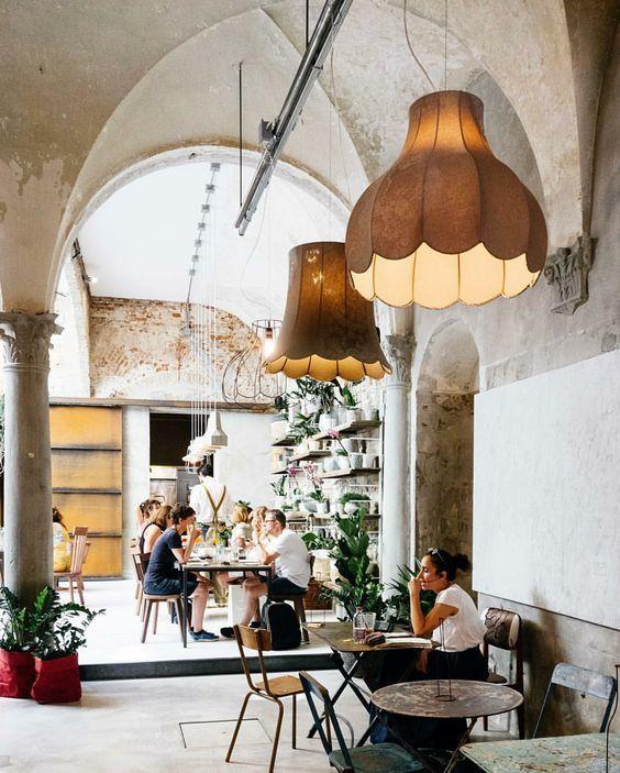 Patio Interior De La Cafeteria La Menagere De Florencia Con Lamparas Vintage Y Muebles Industriales Interiores Cafeteria Florencia Patio Interior