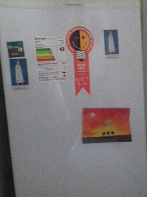 Decorar um frizer apenas com imãs e cartões