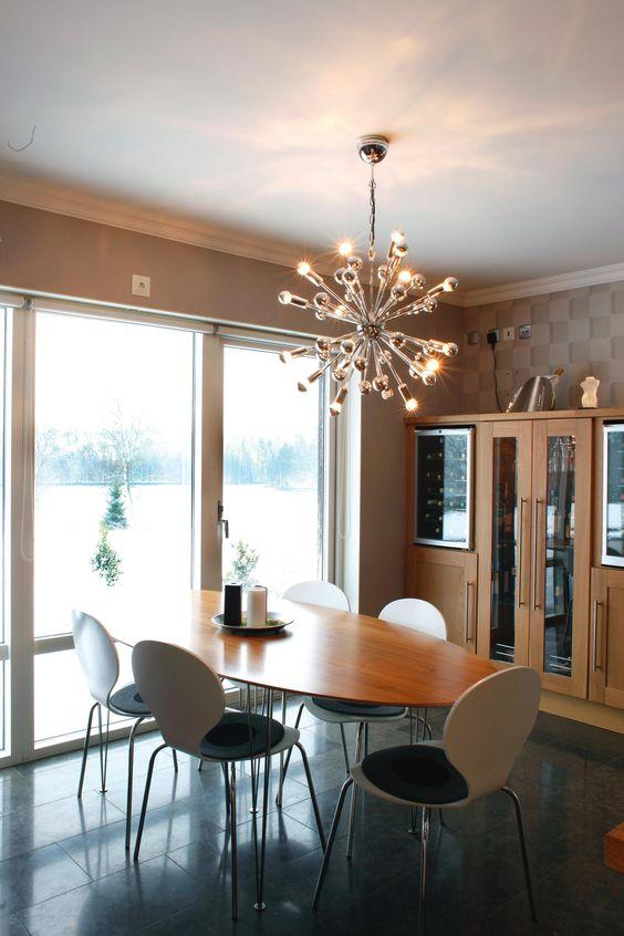 Mit dieser Hängeleuchte entscheiden Sie sich nicht nur für eine Beleuchtungsidee, sondern für imposantes Design! Denn die Deckenleuchte von AMBIENTE sorgt garantiert für Gesprächsstoff: Die kugelförmig arrangierten Arme wirken wie ein futuristisches Kunstobjekt. Zudem wurde die Leuchte mundgeblasen und vereint Milch- mit Klarglas in einer Leuchte! Natürlich wird auch für Helligkeit gesorgt: Fest integrierte LED-Lampen sorgen für freundliche Lichtverhältnisse in Wohn- oder Schlafzimmer.