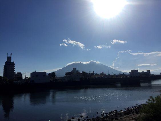 おはようございます(^o^)/  今日の桜島です!  天気は快晴!空気もウマイ!  でも「わっぜぇ、ぬっか〜」 (この鹿児島弁、わかるでしょうか?)  昨日は久しぶりに鹿児島青年会議所の総会に出てきました。  現役と語るのも楽しいですね〜。  今日も1日、元気に頑張っていきましょう!!!