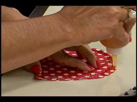 » A artesã Mardinéia Braga ensina a fazer uma bolsa carteira utilizando papelão e cola, no programa SABOR DE VIDA da REDE APARECIDA.    REDE APARECIDA  Você em boa companhia  www.A12.com    twitter.com/tvaparecida  twitter.com/sabordevida