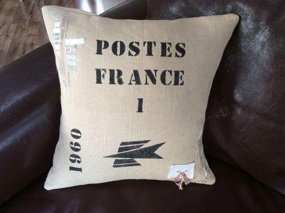 """Coussin vintage en toile de jute ancienne pochoirs """"Postes France 1960""""…"""