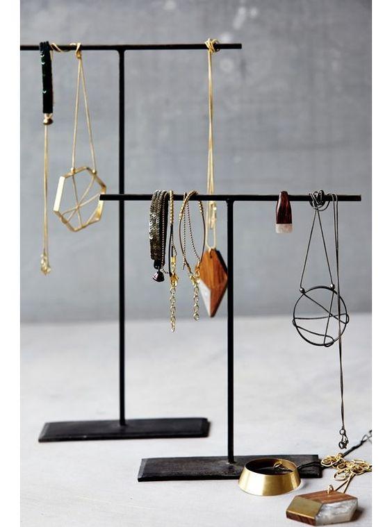 Un support en métal pour suspendre des bijoux