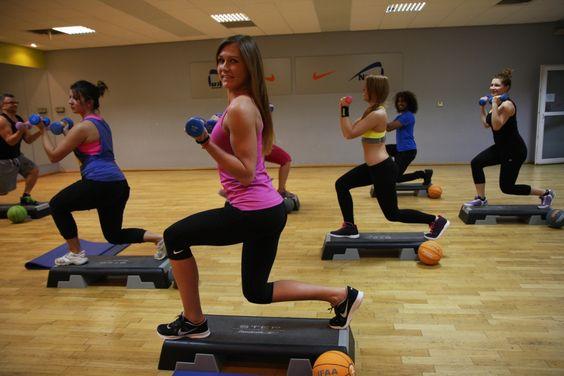 TBC- skrót oznacza Total Body Conditioning. To kompleksowy trening ogólnorozwojowy, który ma na celu wzmocnienie oraz poprawę kondycji fizycznej. To trening wszystkich partii ciała: od mięśni grzbietu, aż do mięśni ud, pośladków i nóg. W trakcie zajęć wykorzystuje się dodatkowe sprzęty w postaci ciężarków, stepów, taśm gumowych.