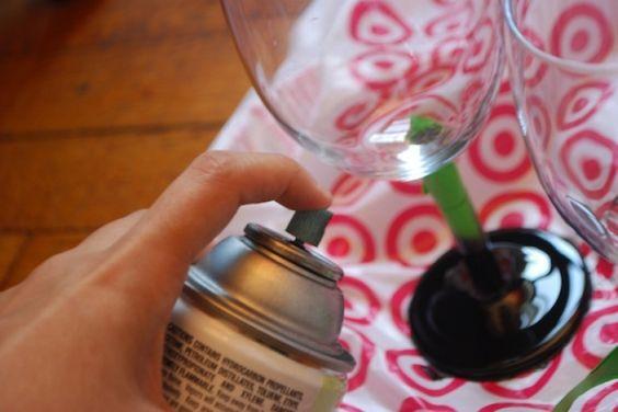 Récupérez vos vieilles coupes à vin pour en faire des décorations amusantes!!