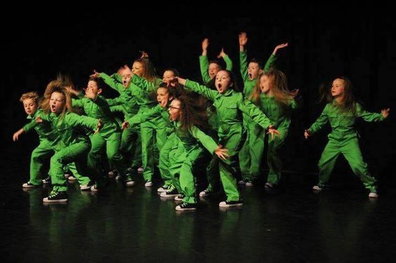 lime groene kinderoveralls tijdens dansuitvoering
