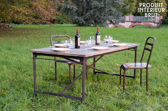 Tischplatte aus recycletem Holz auf einem Gestell mit Rollen