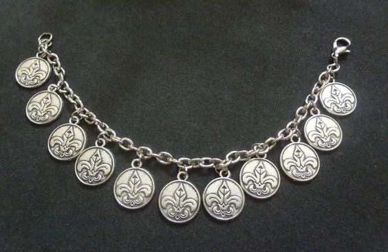 Pulseira de medalhas em prata velha  R$28,00 http://www.elo7.com.br/natisemijoias