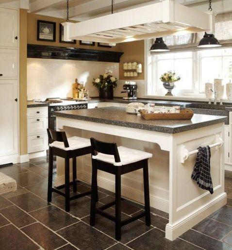 gezellige landelijke keuken met eiland zonder kook of spoel ...