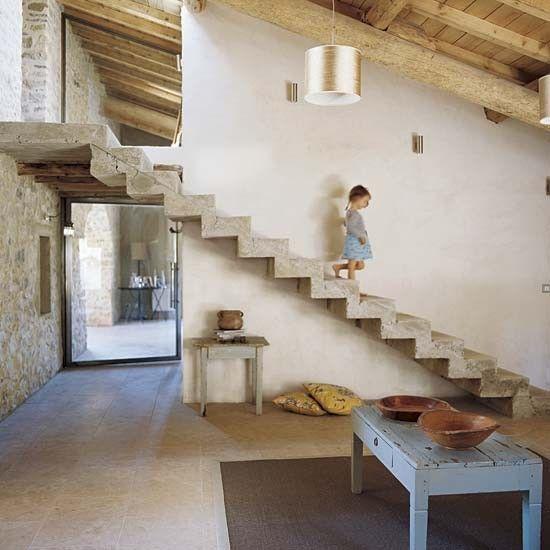 Espacio acogedor y cálido con unas escaleras minimalistas construidas con hormigón.