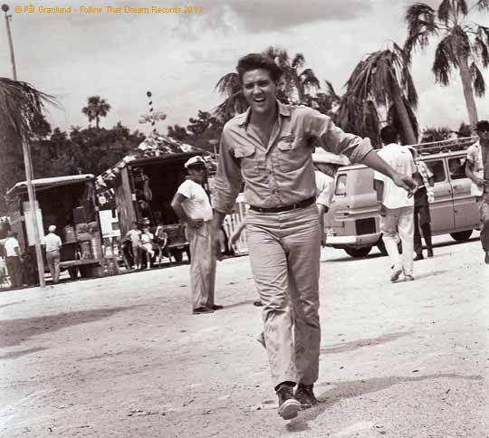 Ein gutgelaunter Elvis in der Drehpause