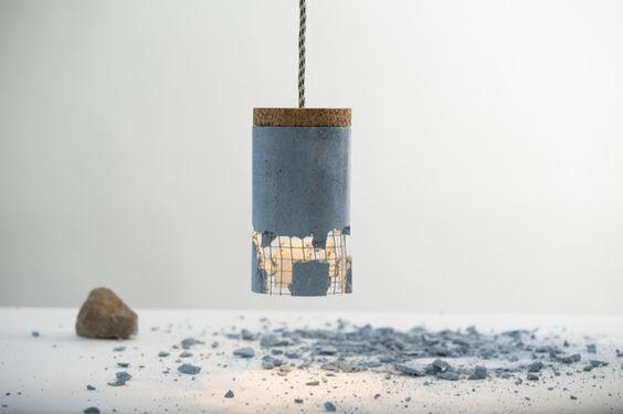 Lámpara Slash: el toque final se lo da el usuario. Lámpara colgante con forma de cilindro, fabricada en hormigón armado, corcho, y madera contrachapada. Se puede personalizar rompiendo parte de su pantalla.      #Iluminacion, #Videos