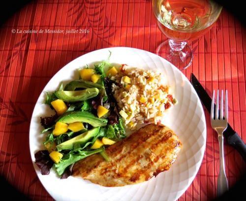 Escalopes de poulet bbq aux épices + riz aux tomates séchées +  de Messidor - Les escalopes que l'on tranche soi-même dans des poitrines de…