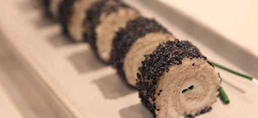 Roulés de pain de mie chèvre, miel et graines de pavot ou saumon et graines de sésame. A la façon des petits roulés de Thomas Clouet...