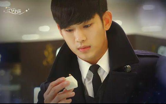 """Do Min Joon haciendo una compra importante. """"Chun Song Yi. No sé hasta cuando pueda vivir a tu lado. Así que tal vez no debería decir esto en este momento. Pero, haré mi mejor esfuerzo para poder quedarme a tu lado por mucho tiempo. No sé cuanto tiempo va a ser. Pero voy a dar lo mejor de mi para amarte""""- My Love From Another Star, Episodio 18"""
