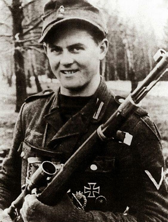 Matthäus Hetzenauer  Ele nasceu em 23 de dezembro de 1924, em  Tirol , Áustria. Ele foi morto em 03 de outubro de 2004, em Brixen im Thale ,  Tirol , Áustria.  Matthäus Hetzenauer, era um atirador de elite nazista, que serviu na 3ª Divisão de Montanha na frente oriental da Segunda Guerra Mundial . Ele começou seu treinamento básico em 1943. Ele treinou como um franco-atirador de março a julho de 1944 em Truppenübungsplatz Seetaler-Alpe na Estíria, na Áustria.