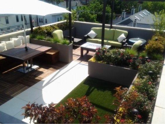 Arredare il terrazzo, un giardino sul terrazzo con prato, piante in vaso, zona relax e zona pranzo