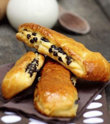 """750g vous propose la recette """"Brioches Suisse à la crème pâtissière et aux pépites de chocolat"""" notée 4.3/5 par 301 votants."""