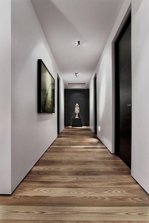 Le Noir Et Blanc Dominent Laissant La Lumiere Embellir Encore Davantage Ce Couloir Contemporain Idee Deco Couloir Interieurs En Bois Et Parquet Massif