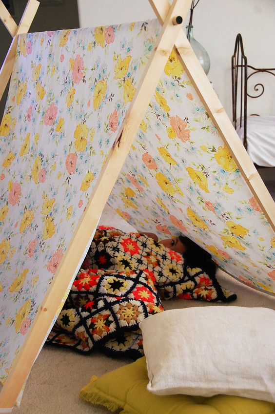 DIY A Frame Tent by mycakes.blogspot.com: Love the flower print! Elastic loops secure the fabric.  #A_Frame_Tent #mycakes_blogspot_com