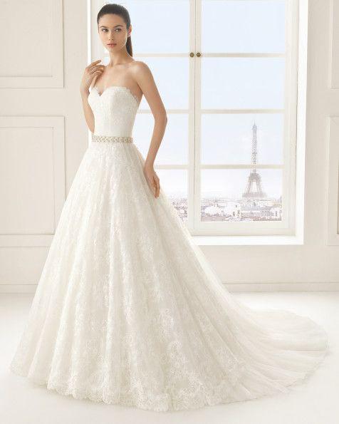 Vestido de renda com brilhantes, em cor natural. Vestido de renda com brilhantes, em branco.
