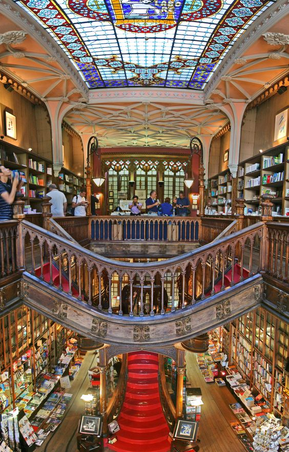 #LaRepublica Libraries. From Haarlem to Porto, let's discover them on the go An ancient neo-gothic style bookcase, the endless dark wooden shelves, stained glass windows and decorated ceilings. On display hundreds of books, many related to the history of Portugal and the wine tradition. #portoconvention #lello #port