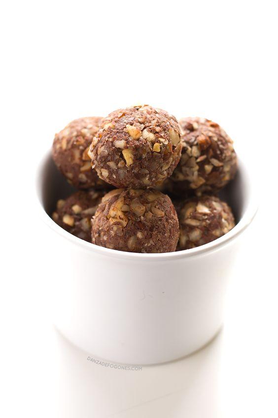 Trufas de chocolate y avellana ::: 1 taza pulpa avellanas o restos de haber hecho leche de avellanas (225 gr)   ¼ taza de cacao en polvo sin azúcar o de algarroba en polvo (20 gr)   1 taza de dátiles (160 gr)   1 cda sirope de arce   ⅓ taza avellanas (50 gr) :: Pon todos los ingredientes menos las avellanas en un procesador de alimentos o licuadora hasta que estén bien integrados. Pon la mezcla en un bol. Trocea las avellanas, mezcla. Arma bolitas. Guárdalas en la nevera en recipiente…