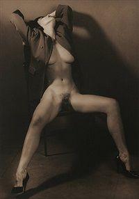 Lust I. Sitzender weiblicher Akt in halbgeöffnetem Mantel, die Beine gespreizt, 1992.