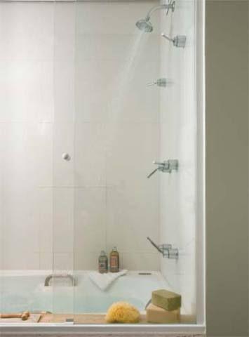 Acolhedor, o verde-fendi aparece somente nas paredes da área seca (Sherwin-W...