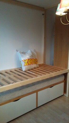 De bedstee met de ladekast eronder en de bedbodem er al in.