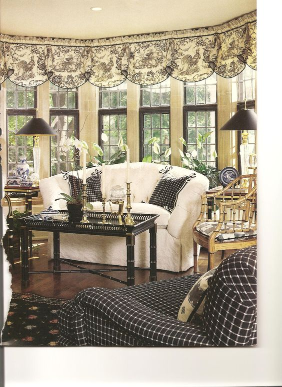Very sophisticated sunroom in black and white. Especially nice scalloped…