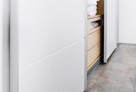 Mit diesem Schubkasteneinsatz wird zusätzlicher Stauraum für Kleiderschränke der Firma Arte M geschaffen. Einfach hinter die Türen des Schrankes stellen. Dekor ahornfarben.  Zu welchem Artikel die jeweiligen Schubkasteneinsätze passen, finden Sie in der Artikeldetailbeschreibung der Dreh- und Schwebetürenschränke unter dem Punkt: Zubehör.  Details:  Inkl. 4 Schubkästen, 1 Schubkasten mit Glasei...