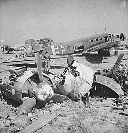 Carcasses d'avions allemands sur l'aéroport d'El Aouiana, près de Tunis. La chute de la Tunisie est à nouveau synonyme de fortes pertes aériennes, notamment dans le domaine des transports aériens, déjà fortement éprouvés par les opérations autour de Stalingrad durant l'hiver
