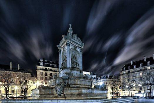 La superbe fontaine Saint-Sulpice sur la place du même nom... Une photo de Henry Marion