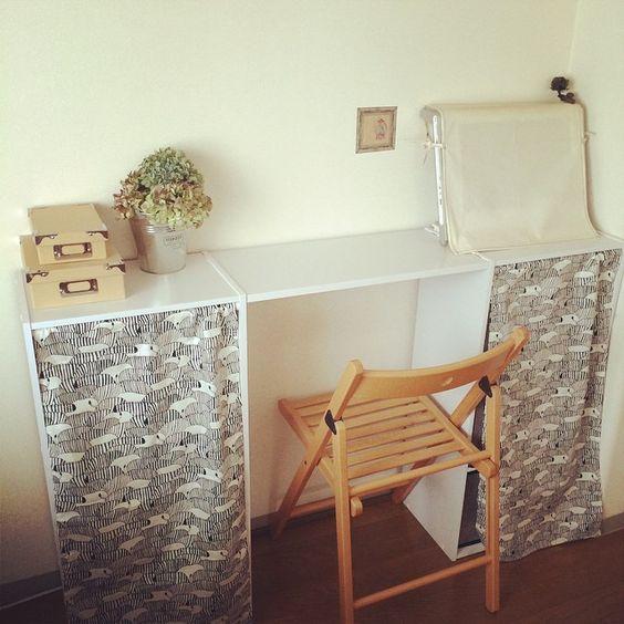 カラーボックスで机を作った。 細々したものも整理できてスッキリ! 目隠しカーテンもミシンでガガーッとやって楽しかった。 #カラーボックス #収納 #暮らし #ミシン