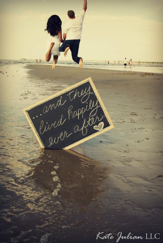 幸せすぎてジャンプ!天まで届きそうな気持ちを表したHAPPYなウェディングフォト♡