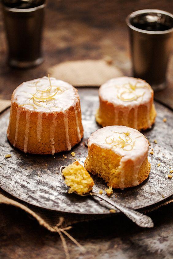 ...j'ai choisi de vous interpréter (...) la pâtisserie favorite de Lady Sansa les «gâteaux au citron tout givrés de glaçure blanche».
