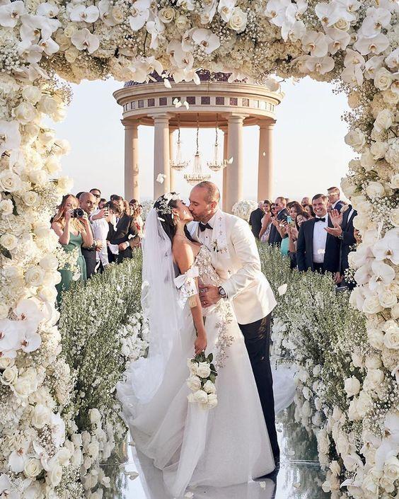 """Blog Casamento NOIVA DE EVASÊ on Instagram: """"Um beijo arrebatador e um cenário maravilhoso!!! Olha o altar e esse portal de flores!!! Simplesmente belo! Salva na pastinha!!! . . . . .…"""""""