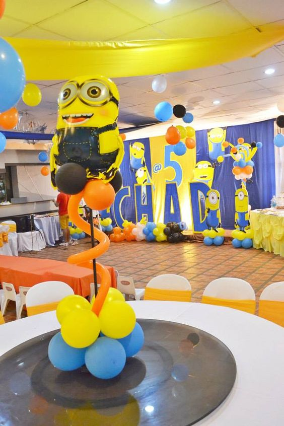 Minion balloon centerpiece featured party seshalyn 39 s for Decoration minion