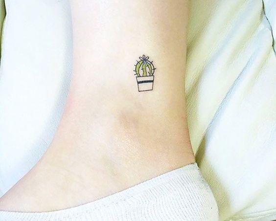 Aqui a gente ama tatuagem! Pode ser preta, colorida, de aquarela, minimalista, grande, pequena - e agora minúscula! Separamos alguns modelos de tattoos bem pequetiticas para você se inspirar. Um misto de fofura e delicadeza para seus pés e tornozelos. Tem onda do mar, folha, árvore, passarinho, formiguinha, bicicleta, montanha, CACTO... S2  O...: